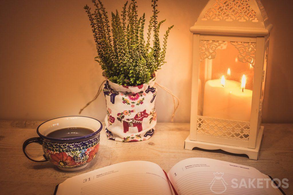 6.Een tafel met een decoratief lantaarntje en een linnen zakje als bloempot bekleding