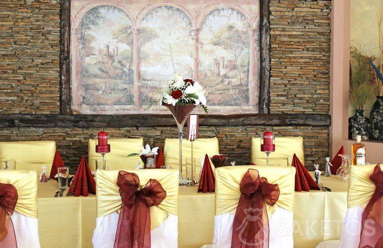 1.Decoratief serviesgoed in een wijnrode kleur - vaas, servetten, kandelaars en strikjes op de stoelen