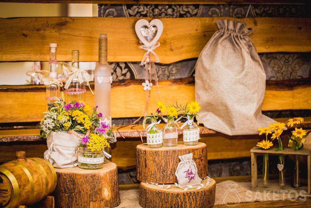 7.Decoratieve zakjes van linnen en jute in een rustikale stijl voor de bruiloftstafel
