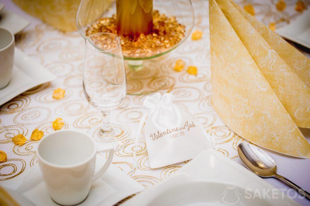 2.Een satijnen zakje met een bedrukt bedankje voor de bruiloftsgasten.