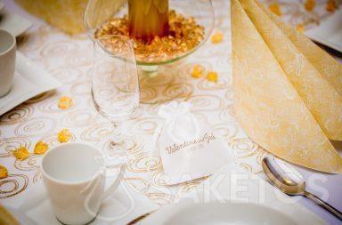 2. Een satijnen zakje met een bedrukt bedankje voor de bruiloftsgasten.