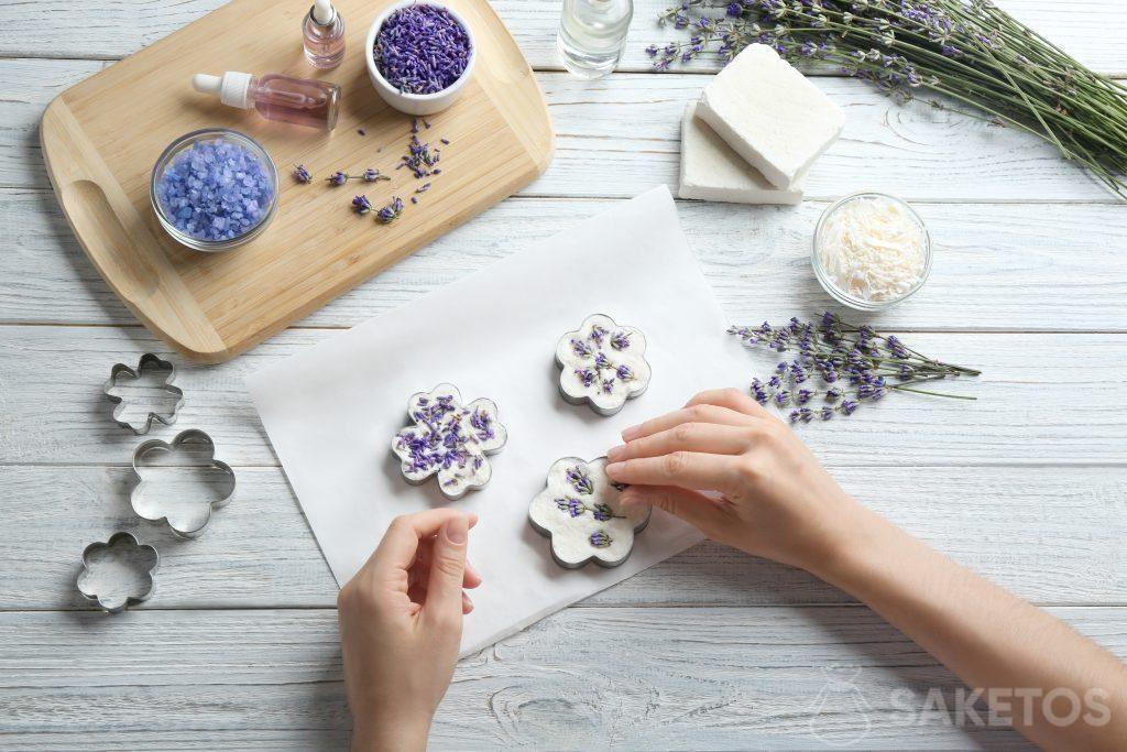 Het versieren van handgemaakte zeep