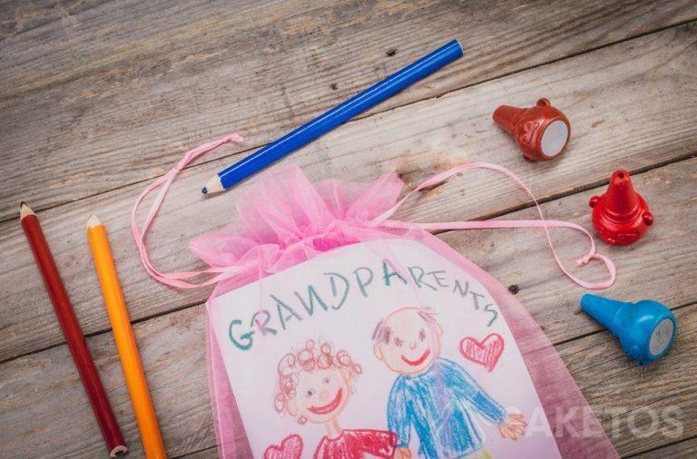 Gift - een wenskaart voor grootouders verpakt in een organza zakje