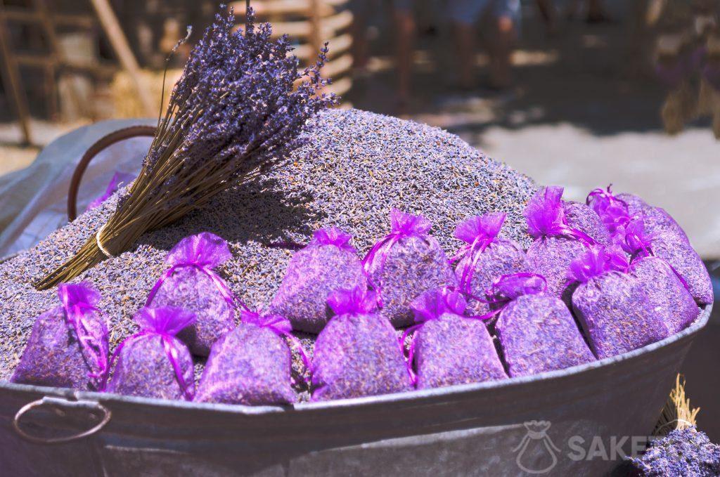 Paarse organza zakjes met lavendel om uit te strooien op de bruiloft.