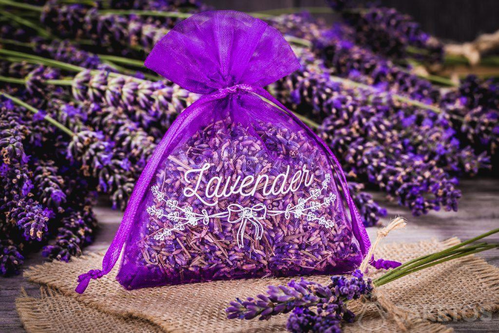 Een zakje van organza met gedroogde lavendel.