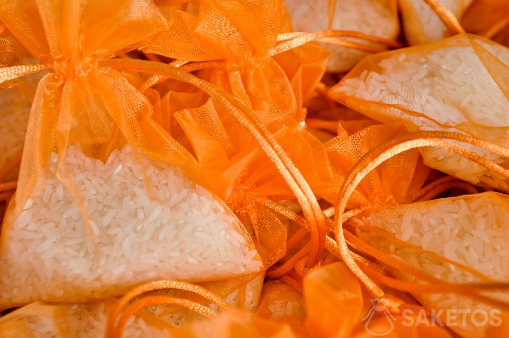 Geschenkzakjes van organza - oranje met rijst