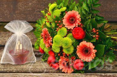 Een cadeauset voor een vrouw - een boeket bloemen en parfum in een organza zakje
