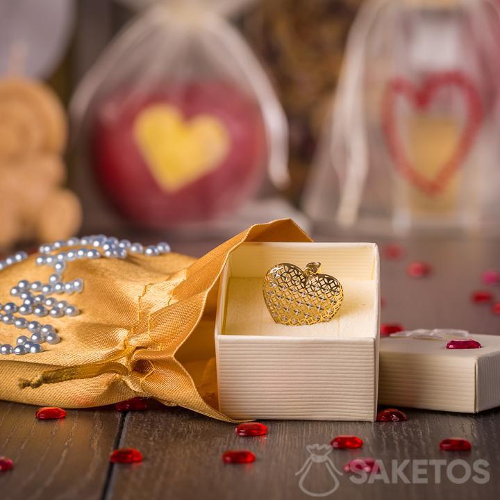 Juwelen verpakt als een geschenk in een zakje van gouden satijn