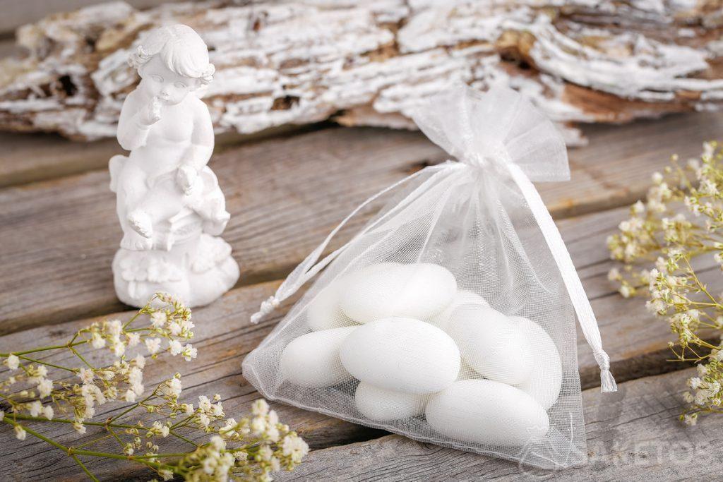 Ideeën voor een cadeau voor de bruiloftsgasten - amandelspekjes of een engelfiguurtje verpakt in een zakje van organza.