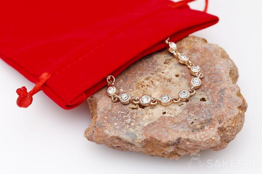 Een rood zakje voor juwelen - in deze uitgave voor een indrukwekkende armband.