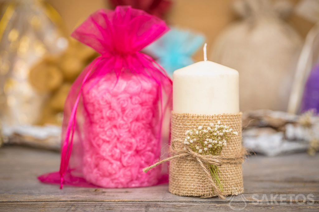 Een organza zakje is een elegante verpakking voor een kaars
