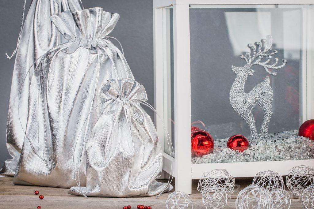 Zelfgemaakte decoraties van zilverkleurige metaalachtige zakjes