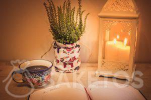 1.Een tafel met een decoratieve lantaarn en een linnen tasje als bloempot bekleding