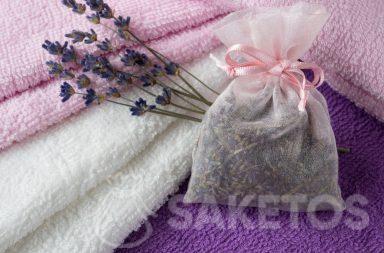 6. Een zakje met lavendel geeft aan handdoeken een lekkere geur en het beschermt tegen de motten