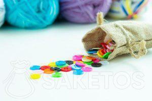 Kleurijke knopen in een jutezakje