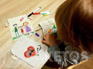 Een creatief spel voor kinderen - beschilderen van linnen zakjes