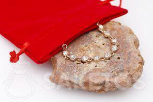 Een zakje van velours om sieraden in op te bergen.