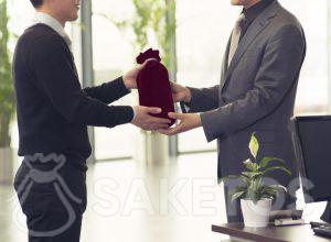 Alcohol verpakt voor een cadeau in een zakje van velours