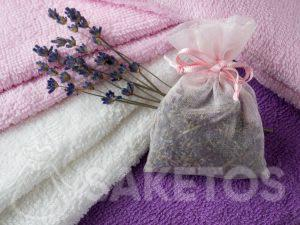 Een zakje met lavendel geeft aan handdoeken een lekkere geur en het beschermt tegen de motten