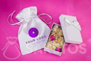 Een zakje van satijn met jouw firma logo erop