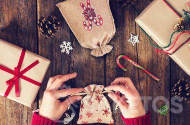 Stoffen zakjes zijn een perfect antwoord op de vraag hoe je een cadeautje mooi kunt inpakken voor de Kerst.