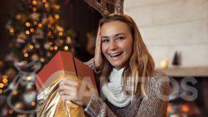 Een elegant gouden zakje als verpakking voor een kerstcadeau