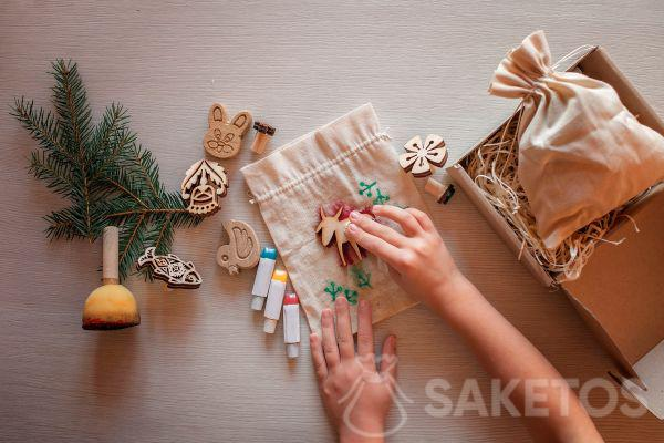 Versiering van linnen zakjes met gebruik van stempeltjes