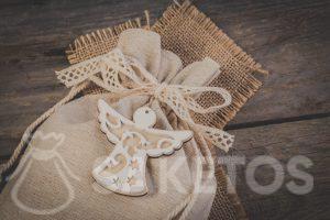 •Een linnen tasje dichtgebonden met een decoratief lintstrikje en met een decoratief hangertje.