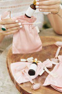 Stoffen zakjes zijn een zeer elegante verpakking voor cosmetica.