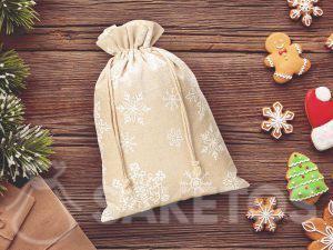 Een linnen zakje voor Kerstmis met een print van sneeuwvlokjes