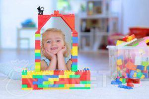 5.Een meisje speelt met blokken