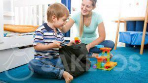 1.Een jongen neemt blokjes uit een stoffen zakje