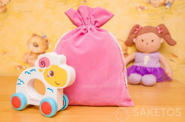 8. Geschenken voor kinderen in leuke velours zakjes