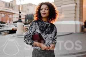 5.Een jonge vrouw in een velours blouse