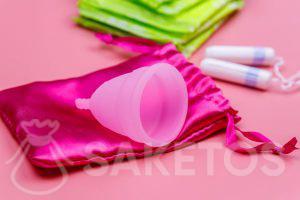 Een subtiel satijnen zakje voor maandverband, tampons of menstruatiecups