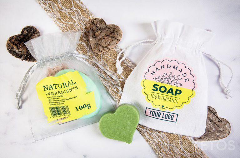 Een tas met logo als verpakking voor handgemaakte zeepjes