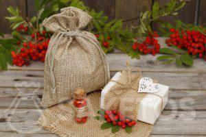 Natuurlijke cosmetica zoals bijvoorbeeld handgemaakte zeepjes ziet er geweldig uit, verpakt in een jute zakje