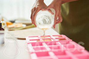 Giet het klaargemaakte mengsel in de vormpjes. De meest comfortabele zijn die gemaakt van siliconen.